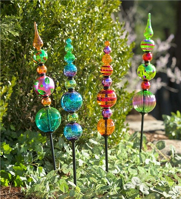 Garden totems 28 design ideas in glass ceramic mosaic for Decorative garden stakes
