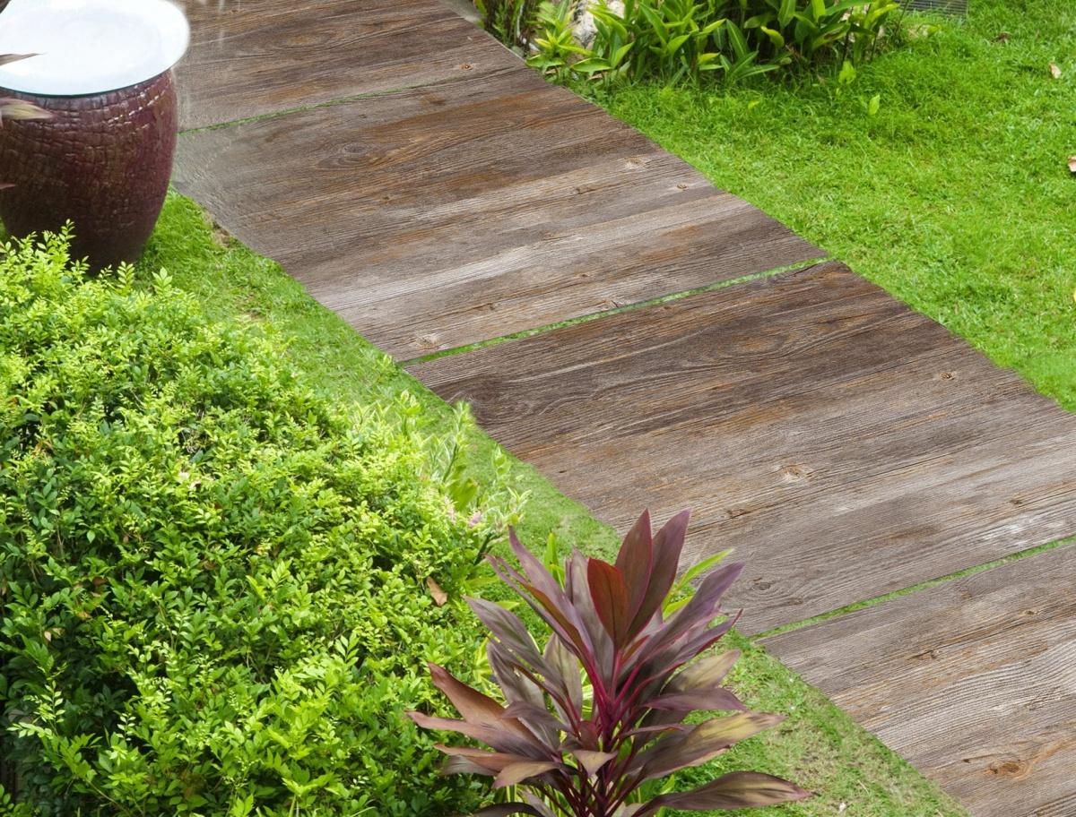 Υπαίθρια πλακίδια πορσελάνης ως σκαλοπάτια μιας διαδρομής κήπου
