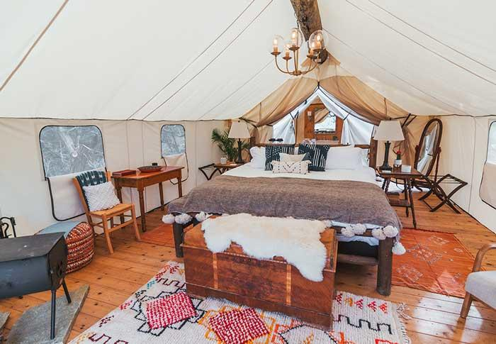 A real mountain decor inside this glamping tent