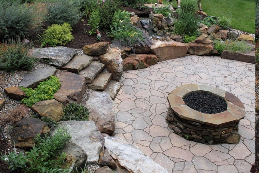 Charming fire pit idea with flagstone mosaic