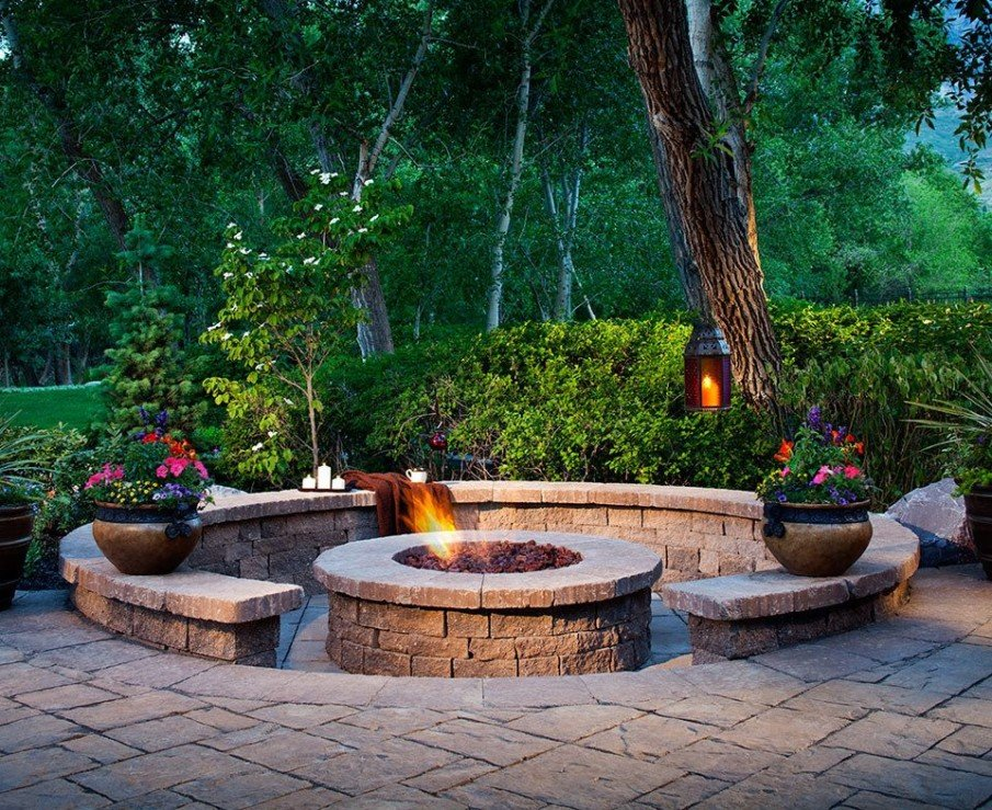 Full circle fire pit seating made with pavers