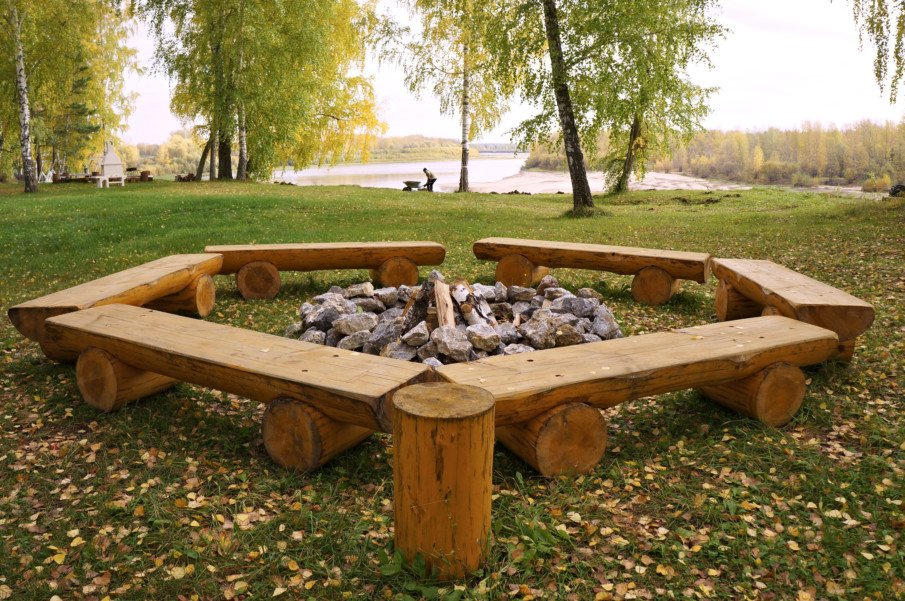 Simple but stunning half-log fire pit seating idea
