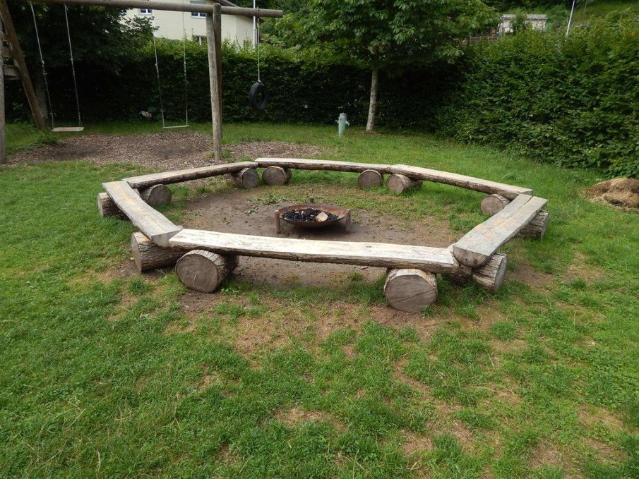 Simplistic fire pit setting idea for a backyard