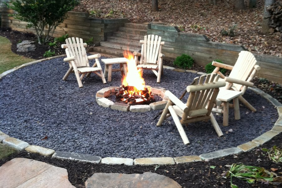 Simple cheap fire pit setting idea with black pebbles and basic brick pit design