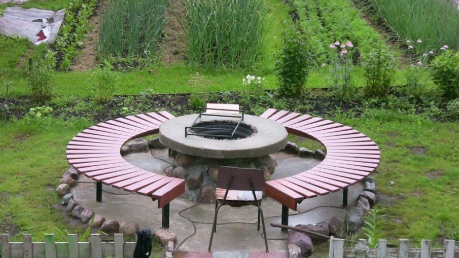Small area circular fire pit seating design