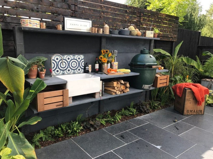 Green egg grill in wwoo concrete outdoor kitchen