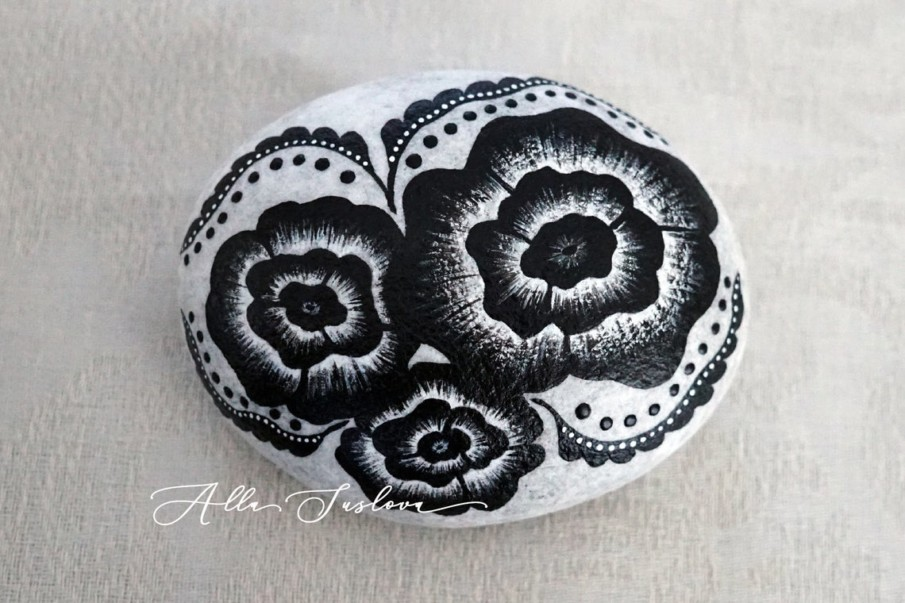 This beautiful decorative rock art uses black and white shading technique