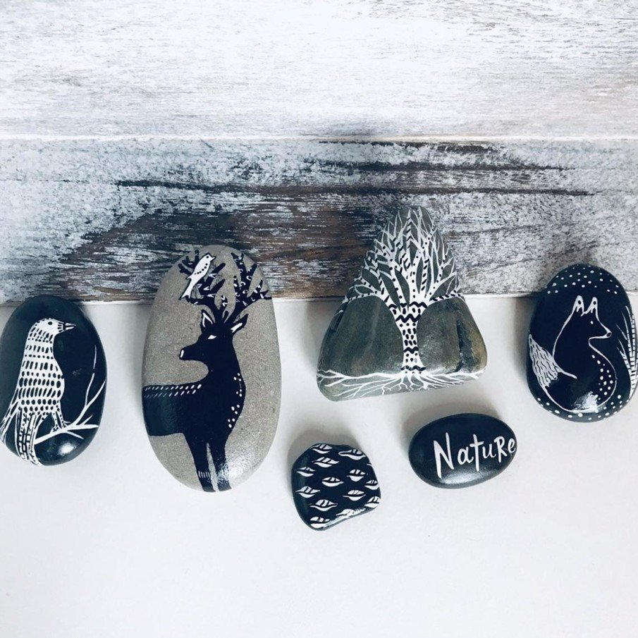Black and white pebble painting ideas - beautiful Christmas mantel decorations