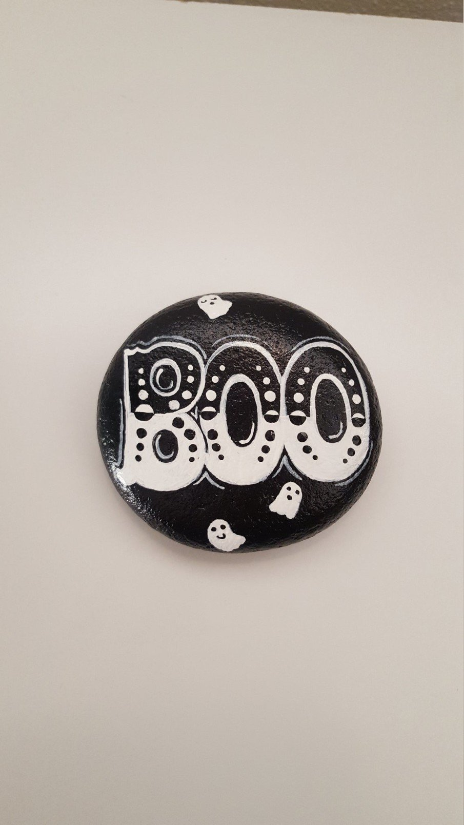 """Black and white pebble painting ideas - """"BOO"""" Halloween decoration"""