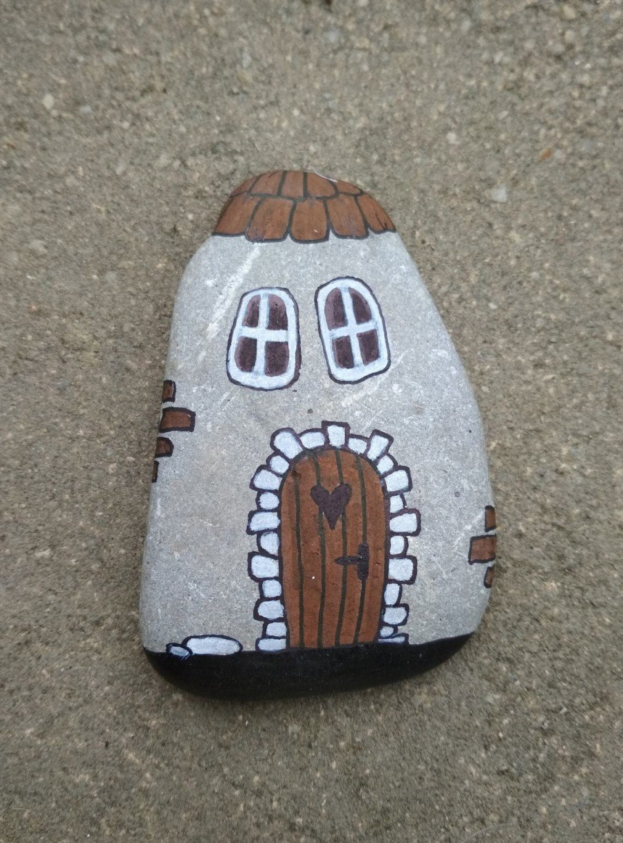 A hobbit house painted on a pebble
