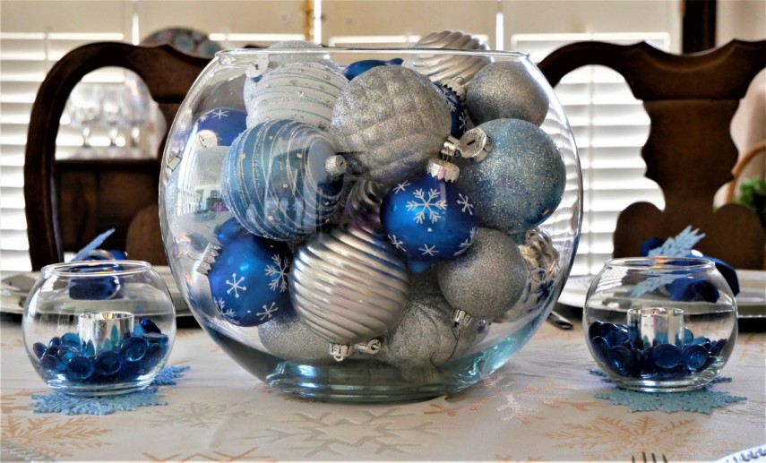 Glass vases decoration idea with glass pebbles and ornaments