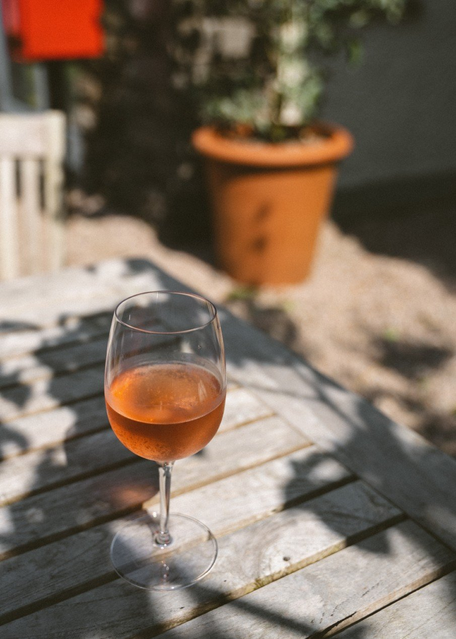 A glass of orange wine, the best pairing for the autumn season