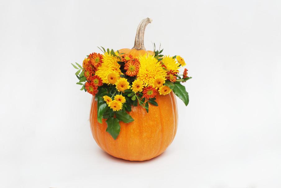 A classic pumpkin vase idea
