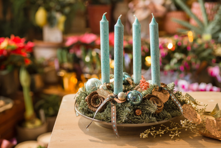 Christmas centerpiece ideas using handmade wreath with advent candles