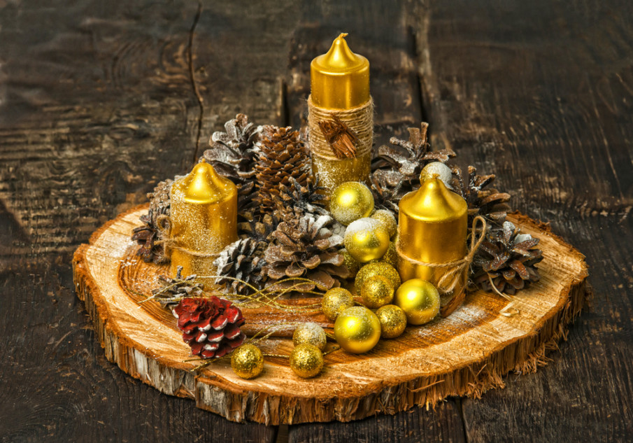 Rustic style Christmas centerpiece ideas with wood charger and gold candles
