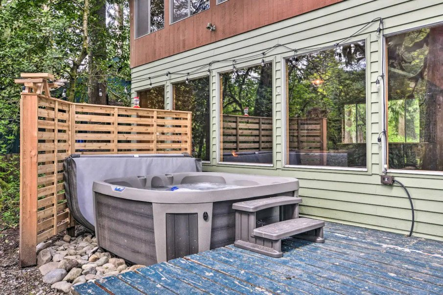 DIY pallet privacy wall idea for above ground hot tub