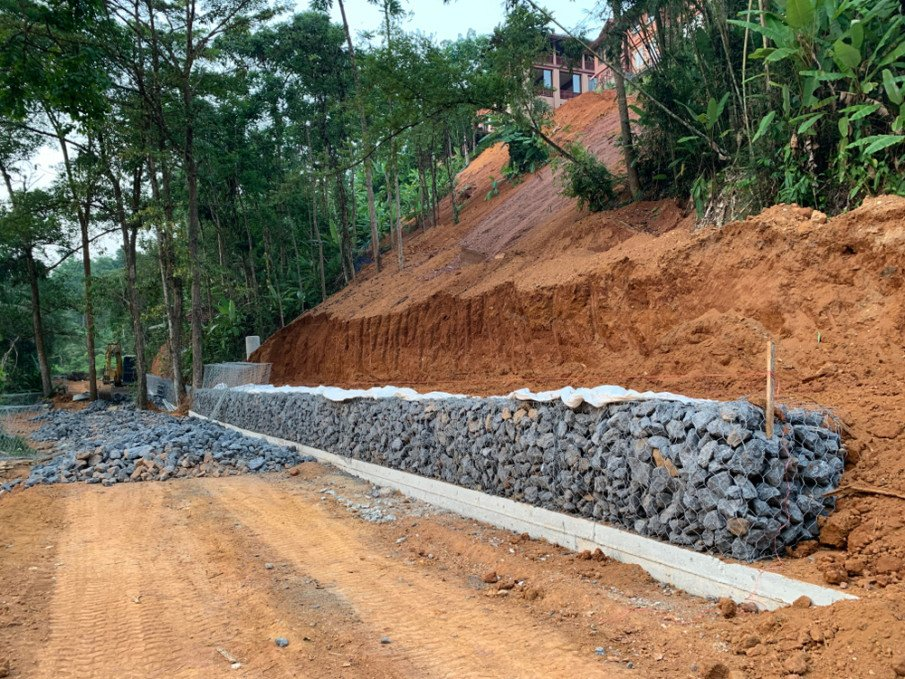 Mesh frame gabion wall on steep slope