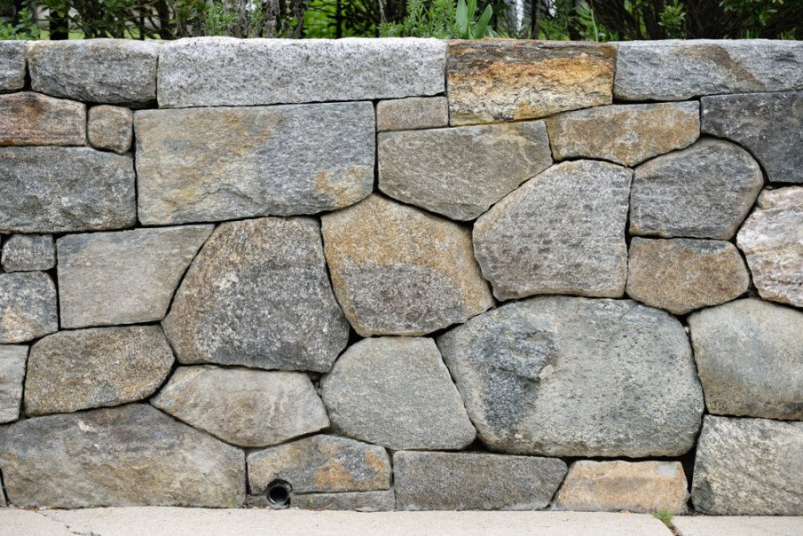 Dry stacked stone wall with drainage