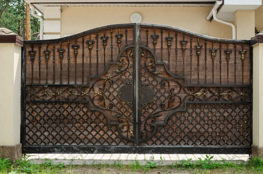 Wooden gate with wrought iron elements design idea
