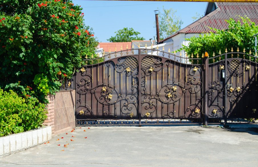 Rolling gate with privacy screen design