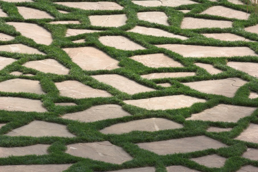 Patio designs using grass and flagstone pavers